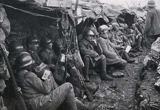 Soldati in trincea, tra fango, sassi, armi e gavette.