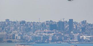 Un hélicoptère de l'Armée Libanaise au dessus de Beyrouth appelant la population à se confiner. Crédit Photo: Francois el Bacha pour Libnanews.com. Tous droits réservés.