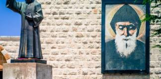 La statue de St Charbel à l'entrée du Monastère d'Annaya au Liban. Crédit Photo: Libnanews.com