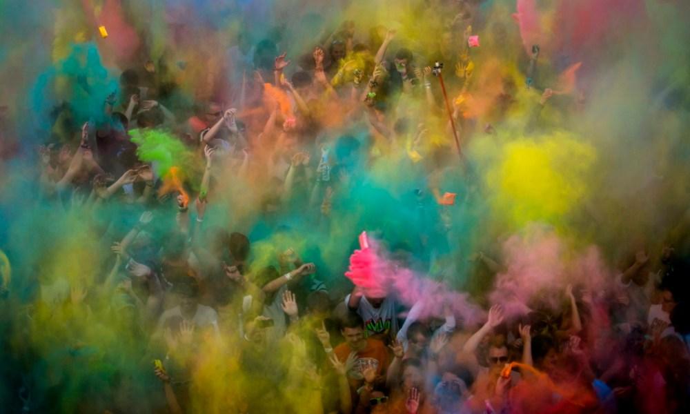 Az MTI/MTVA külső fotóriportere, Mohai Balázs Color party a Sziget fesztiválon című képe, amely első helyezést nyert a 32. Magyar Sajtófotó Pályázat művészet (egyedi) kategóriájában.