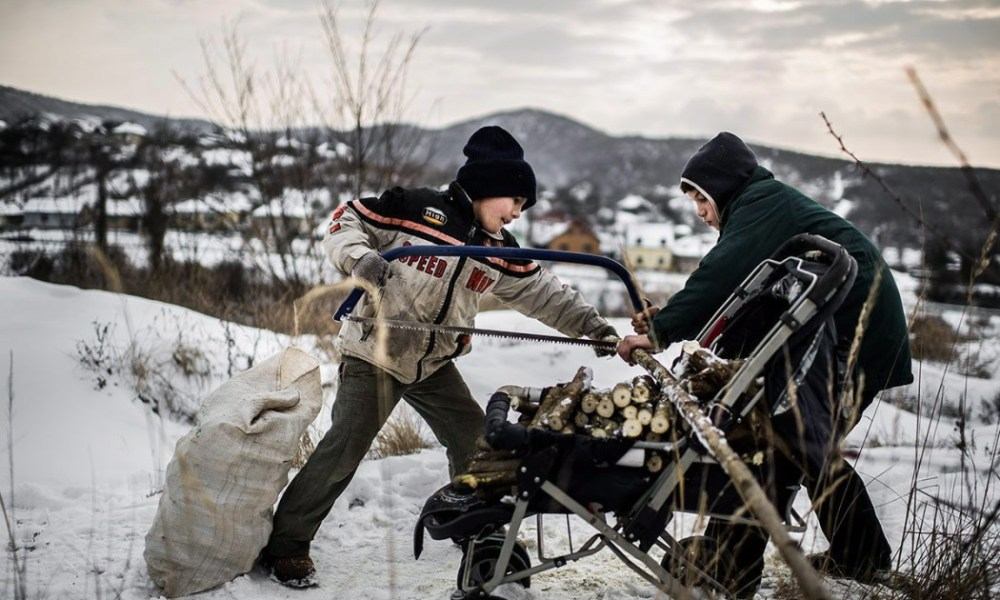 A HVG fotóriportere, Stiller Ákos képe a Méteres lyukakban bányásszák a reményt Farkaslyukán című sorozatból, amely első helyezést nyert a 32. Magyar Sajtófotó Pályázat társadalomábrázolás, dokumentarista fotográfia (sorozat) kategóriájában. Stiller Ákos elnyerte a legjobb kollekcióért odaítélt Munkácsi Márton-díjat is.