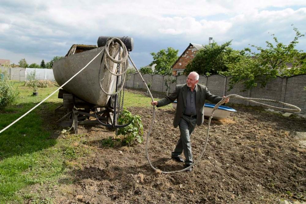 Dobozi Gábor, az újonnan megnyílt maklári Tengerész Múzeum létrehozója egy felújításra váró hajó kötelét igazítja el a múzeum udvarán 2014. május 31-én. A férfi közel négy évtizedes tengerjáró múlt emlékeit gyűjtötte össze lakóhelyén. MTI Fotó: Komka Péter
