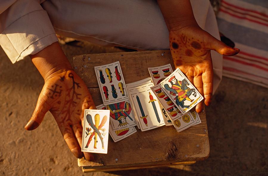 Jövendőmondó megmutatja kártyáit, Jemaa El Fna tér, Marokkó,, 1971.