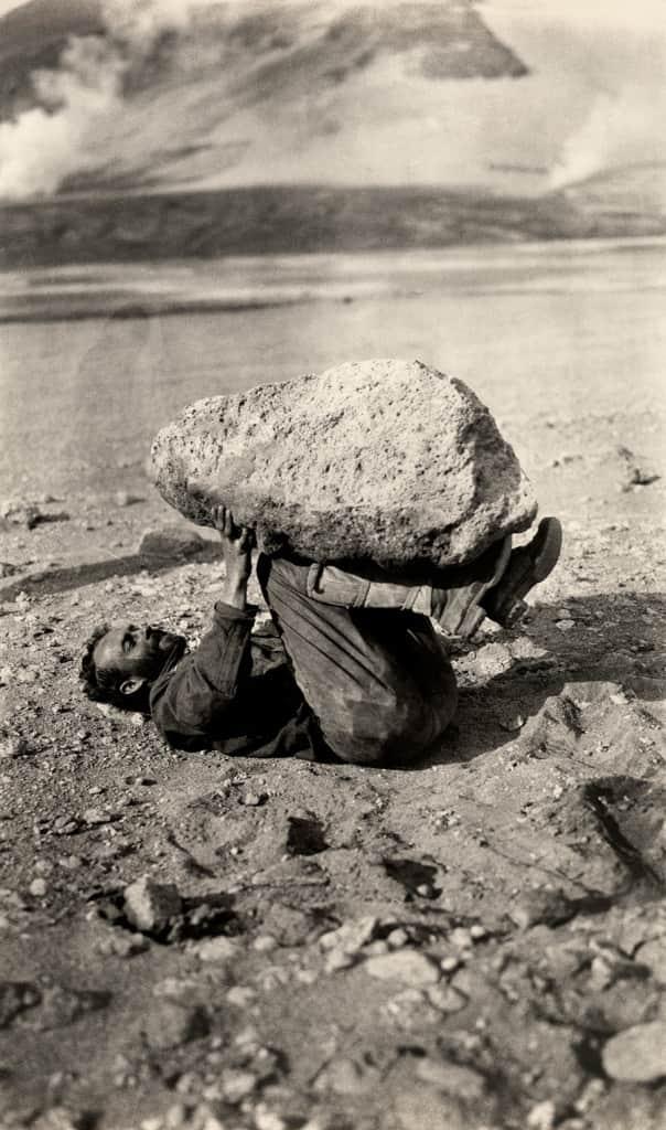 Tajtékkövet egyensúlyozó férfi, Katmai Nemzeti Park, Alaszka, 1921.