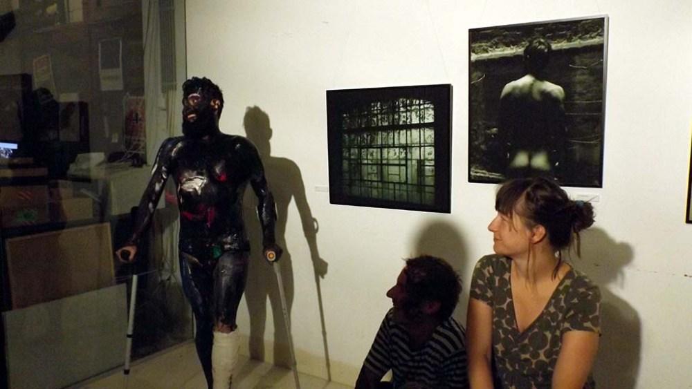 Andrea Giuliano a fotókon meztelen, a megnyitón meg majdnem az volt