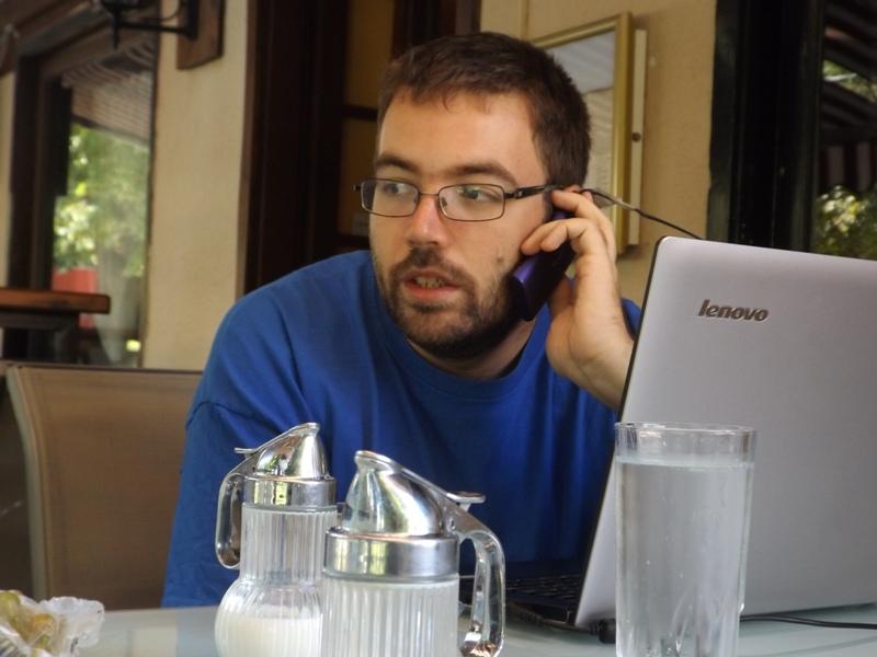 Szegő János telefonál