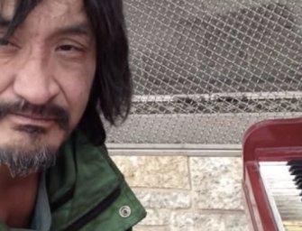 Tehetség az utcán: a hajléktalan Ryan saját szerzeményét adja elő