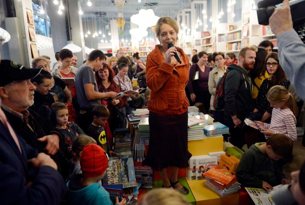 Bartos Erika mesekönyvíró beszél a Pagony Kiadó új gyerekkönyvesboltjában a megnyitón a fõváros XI. kerületében, a Bartók Béla úton 2014. október 17-én. MTI Fotó: Kovács Tamás