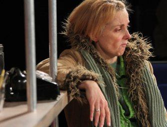 Rákkal folytatott küzdelmét adja elő a színésznő a színpadon