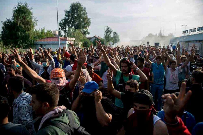 Horgos, 2015. szeptember 16. Tüntető migránsok a Horgos-Röszke határátkelőhely szerbiai oldalán 2015. szeptember 16-án. A magyar rendőrök könnygázt és vízágyút is bevetettek a határ magyar oldaláról az őket dobáló illegális bevándorlókkal szemben. MTI Fotó: Sóki Tamás