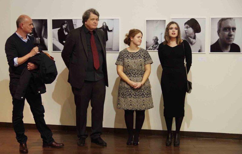 Axel Geis, Lars Schwander és az UVG Art Gallery munkatársai a Belső Reflexió című kiállítás január 28-ai megnyitóján - a szerző fotója