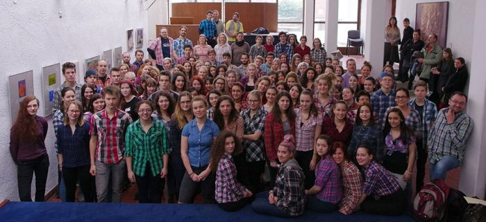 A Pécsi Művészeti Gimnázium és Szakközépiskola diákjai is kitették a #kockasing hashtaget