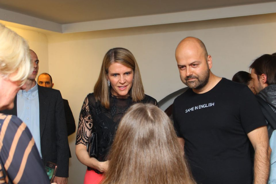 Colleen Bell és Weiler Péter ugyanarra a szempárra figyel. Fotó: Weiler Márk