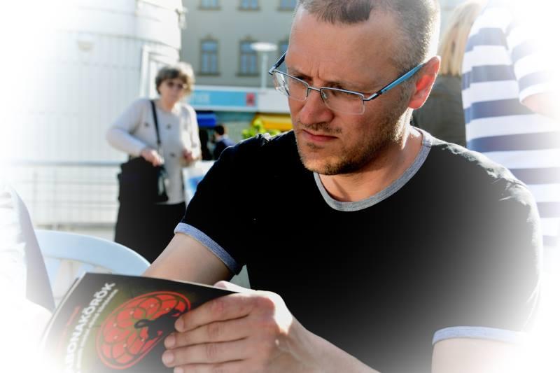 Jaroslav Rumpli a Budapesti Könyvfesztiválon dedikálta a Gabonaköröket (fotó: Typotex)