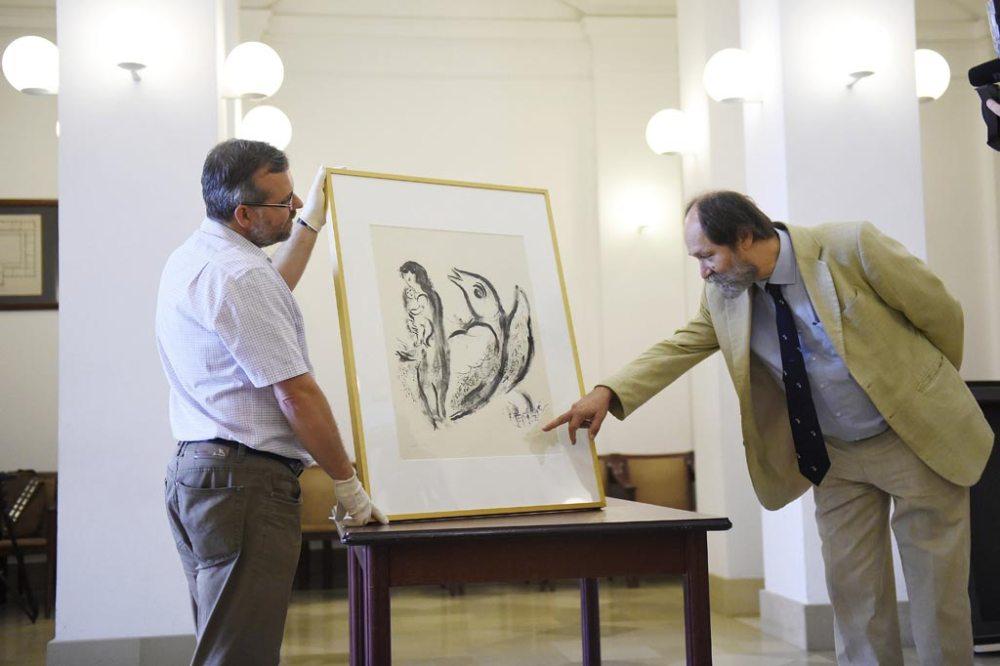 Gál Vilmos főmúzeológus (b) és Csorba László megbízott főigazgató mutatja Marc Chagall Mere et enfant (Anya gyermekével) című alkotását a Magyar Nemzeti Múzeumban, Budapesten 2016. június 15-én. Az alkotás a Rejt/Jel/Képek '56 - A forradalom titkos művészete címmel június 23-án nyíló kiállításra érkezett. MTI Fotó: Kovács Tamás