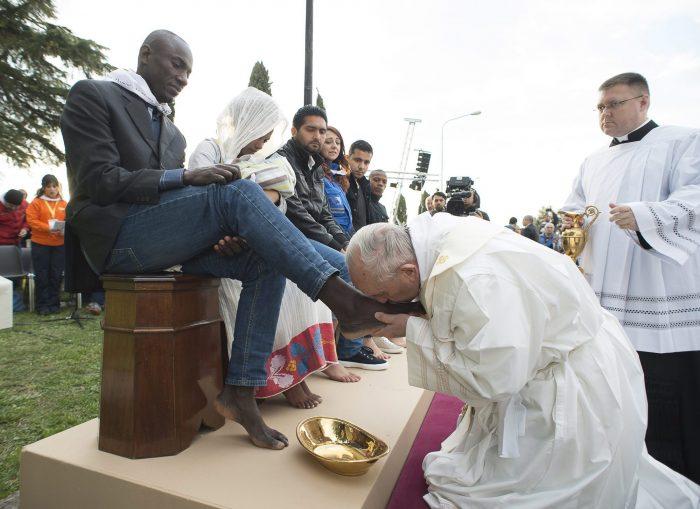 Ferenc pápa megcsókolja egy menekült férfi lábfejét (forrás: MTI/AP pool/L'Osservatore Romano)