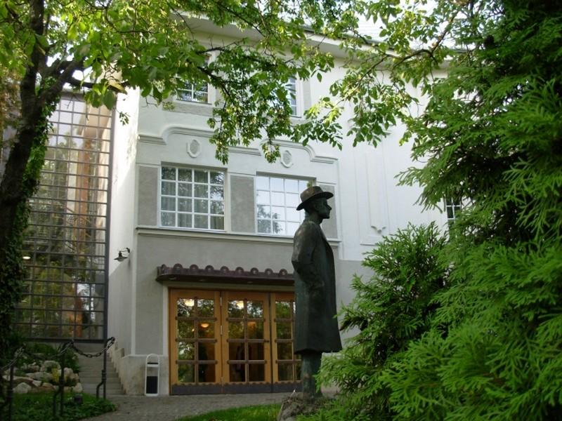 Az emlékház udvarán Bartók Béla szobra