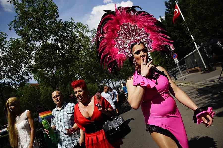 Budapest, 2016. július 2. Résztvevők a 21. Budapest Pride felvonulás indulása előtt, az Andrássy úton, a Hősök terénél 2015. július 2-án. MTI Fotó: Balogh Zoltán
