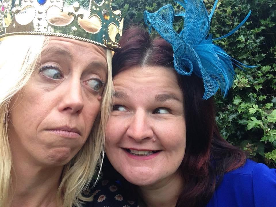 A kép bal oldalán Joanna Courtney koronával (forrás: facebook)