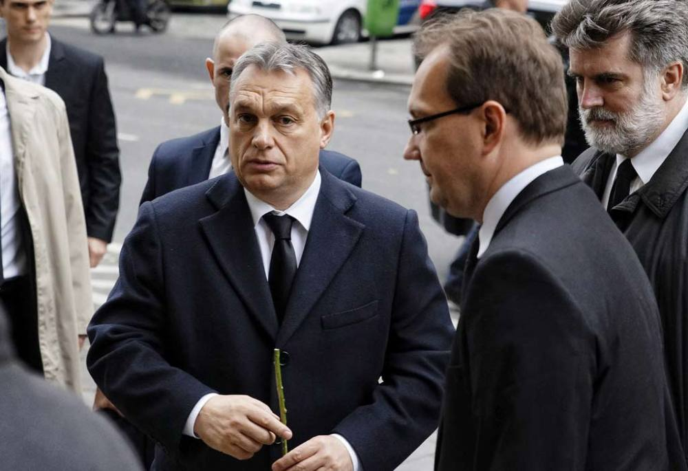 Orbán Viktor miniszterelnök (k) és Hoppál Péter, az Emberi Erőforrások Minisztériumának kultúráért felelős államtitkára (j2) érkezik a Zeneakadémiához.