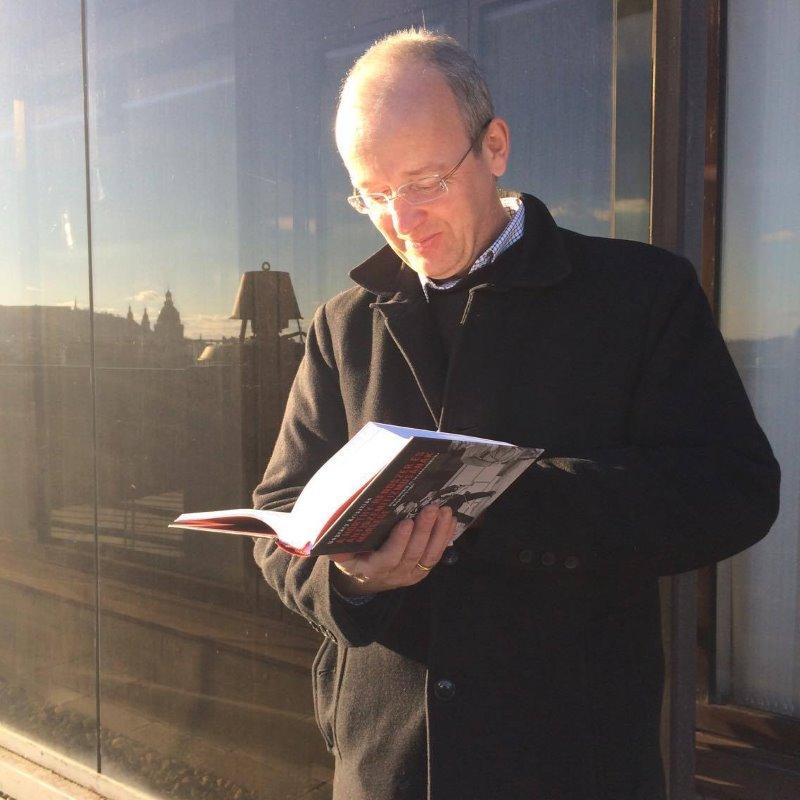 """Végre Ungváry Krisztián is kézbe vehette """"A Horthy-rendszer és antiszemitizmusának mérlege. Diszkrimináció és társadalompolitika Magyarországon, 1919–1944"""" című könyvét, ami """"A Horthy-rendszer mérlege"""" című, 2012-ben könyvként is publikált doktori disszertációjának javított és átdolgozott kiadása. (forrás: Jelenkor-facebook)"""