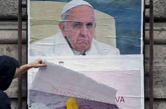Több száz, Rómában kiragasztott plakáton támadják Ferenc pápát