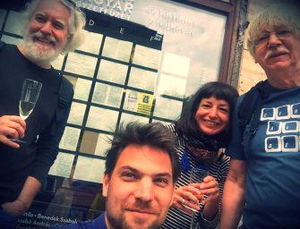 Hogyan került az Írók boltja ablakába 49 történet? – beszélgetés az ötletgazdával, Nemes Péter képzőművésszel