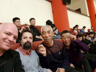 A Mei Lanfang nézőterén Dinco Telecannal és újdonsült pekingi ismerőseinkkel