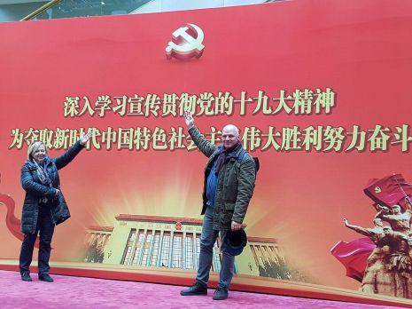 A Pártkongresszust üdvözlő felirat az idegennyelvi Rádió aulájában