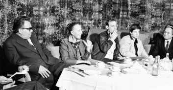 Az 1983. novemberi Szovjet Filmhét nyitó sajtótájékoztatója. A képen Gombár József MOKÉP-igazgató (b1), Inna Csurikova színésznő (b2), Armen Medvegyev újságíró (b3) és Pjotr Fjodorov színész (b4) látható.