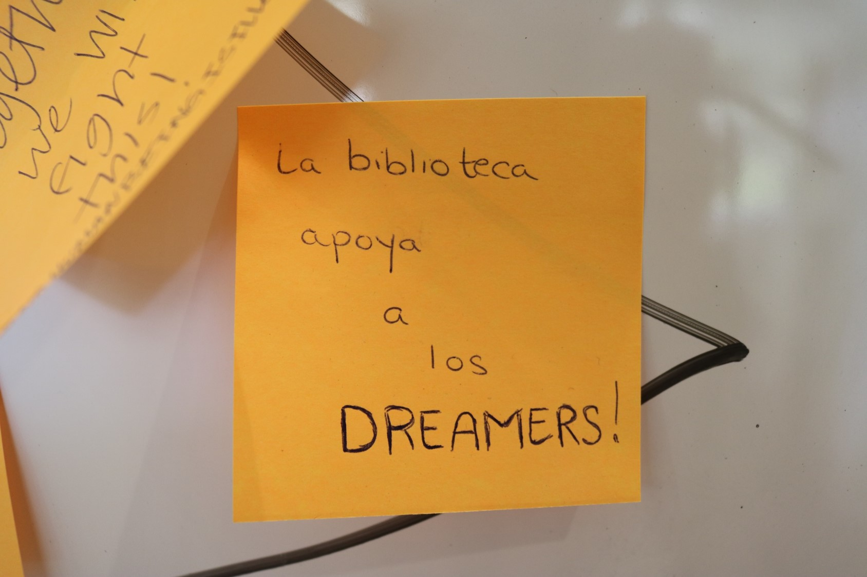 "Post it note that reads ""La biblioteca apoya a los dreamers"""