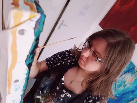 L'artiste peintre Laetitia Guillon dans son atelier