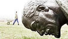 Una statua di Lenin abbattuta