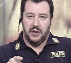 Matteo Salvini in uniforme da poliziotto