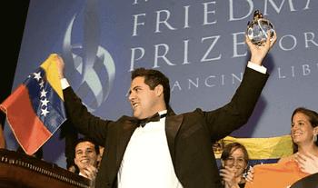 Yon Goicoechea con il Premio Milton Friedman al Cato Institute