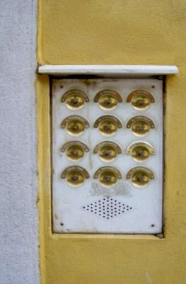 Les sonnettes devant l'immeuble