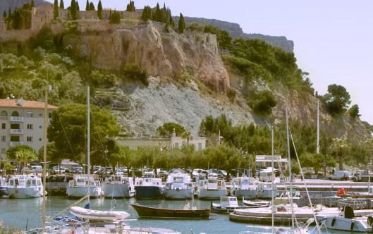 Cassis le port coté est avec en haut du promontoire la citadelle-hôtel