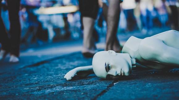 Maniquí roto tirado en el suelo