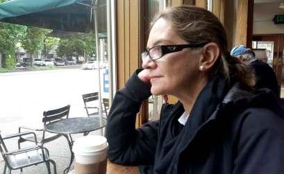 Mercedes Pinto en un starbucks de Seattle