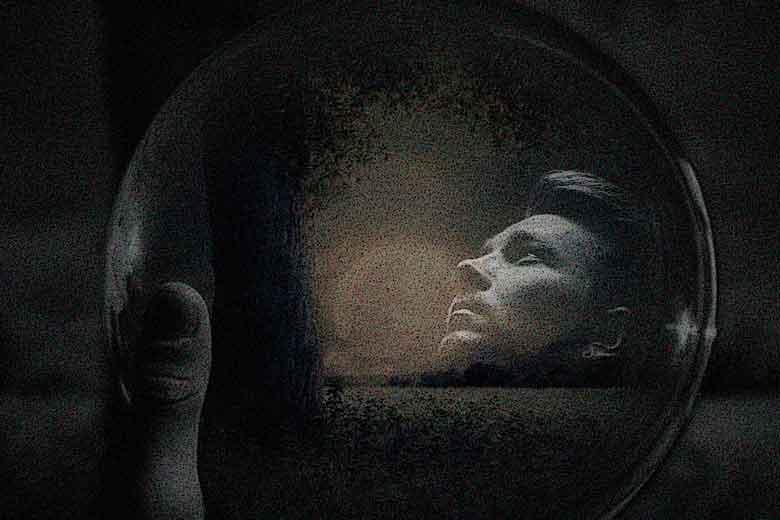 La maldición de los espejos, una novela de Raimundo Castro