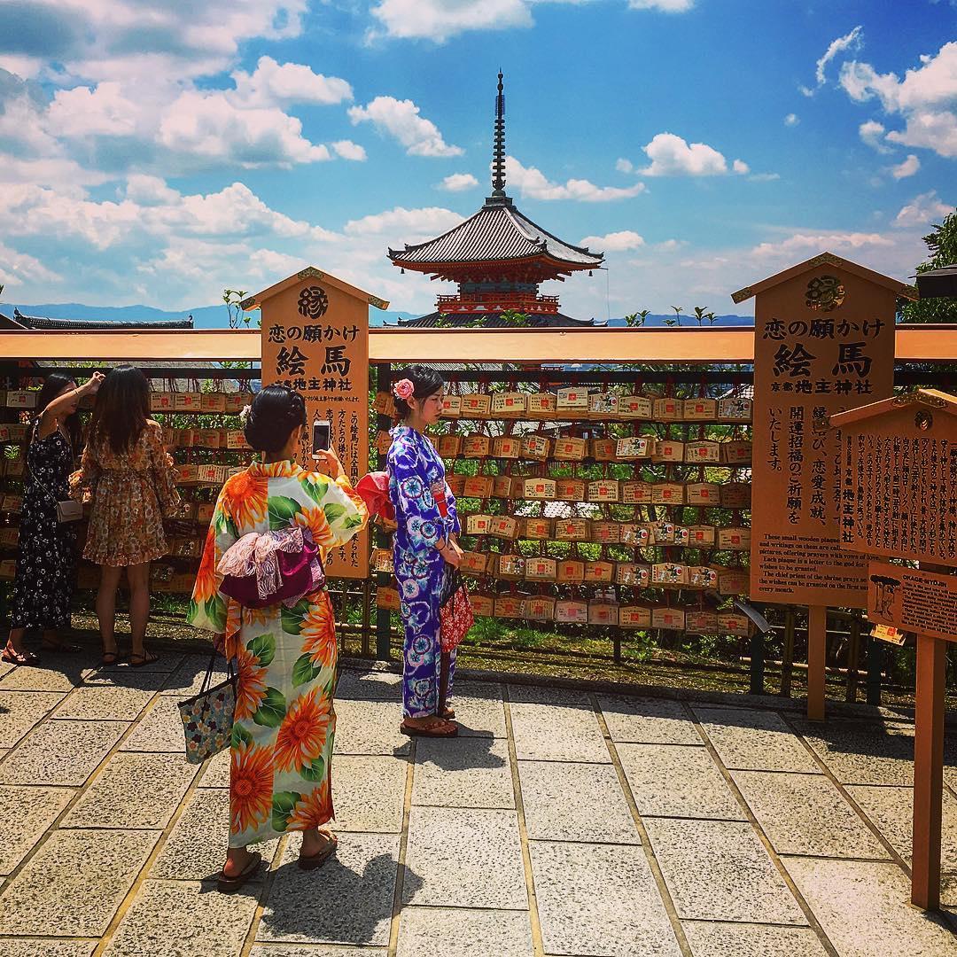 Kyoto, Japon. On peut voir que la religiosité de certaines Japonaises est largement subordonnée au culte de Narcisse.