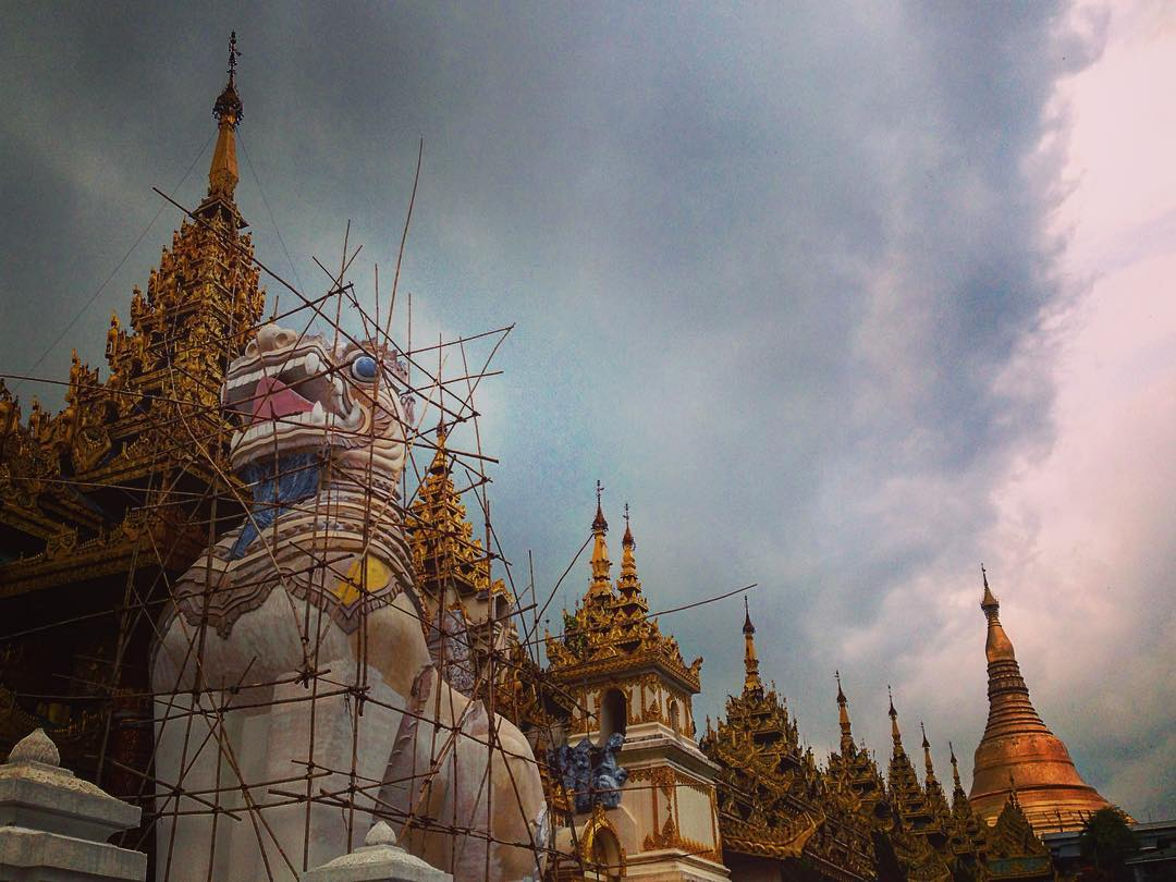 "Rangoun, Birmanie. Pagode Shwedagon. ""Chinthe""."