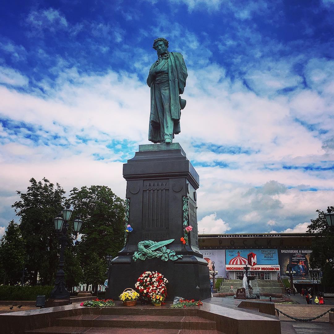 Moscou, Russie. Sur la place qui porte son nom, la statue du poète Alexandre Pouchkine.