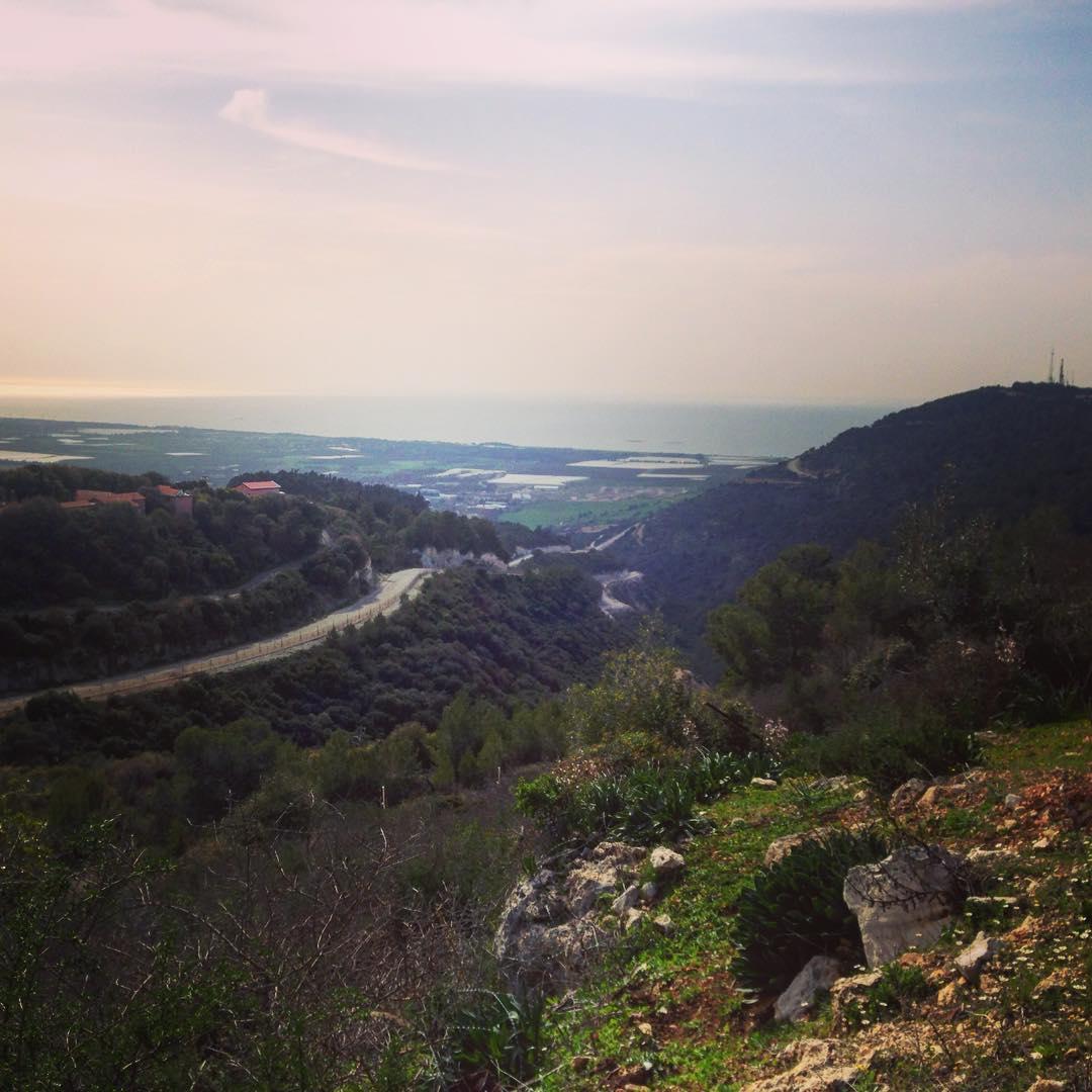 Quelque part à la frontière avec le Liban. À gauche de la route tortueuse, Israël. À droite, le Liban.