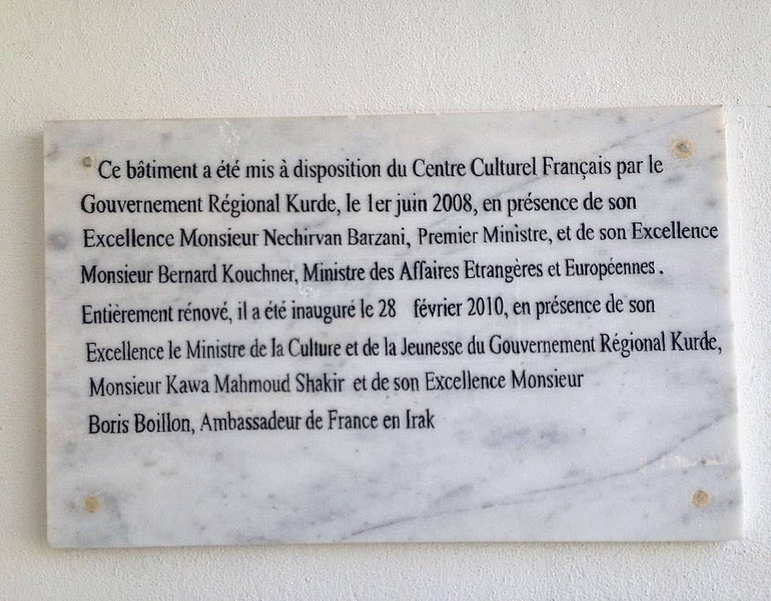 """Erbil, Kurdistan irakien, Irak. Plaque à l'entrée de l'Institut français. """"Son Excellence Monsieur Boris Boillon"""" était le fameux """"wonder boy"""", conseiller spécial du président Nicolas Sarkozy pour le monde arabo-musulman."""
