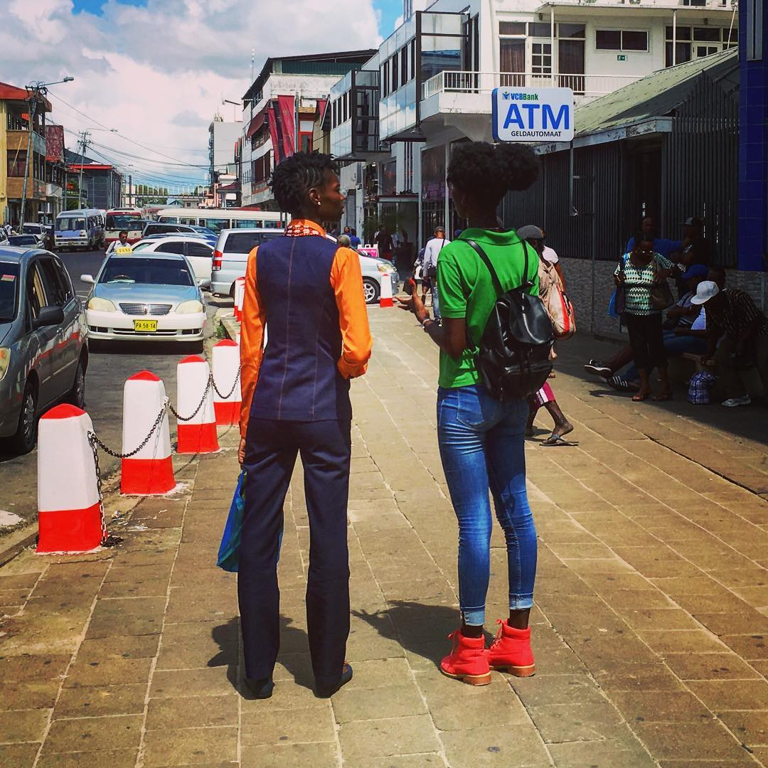 Paramaribo, Suriname. Deux élégantes dans la rue.
