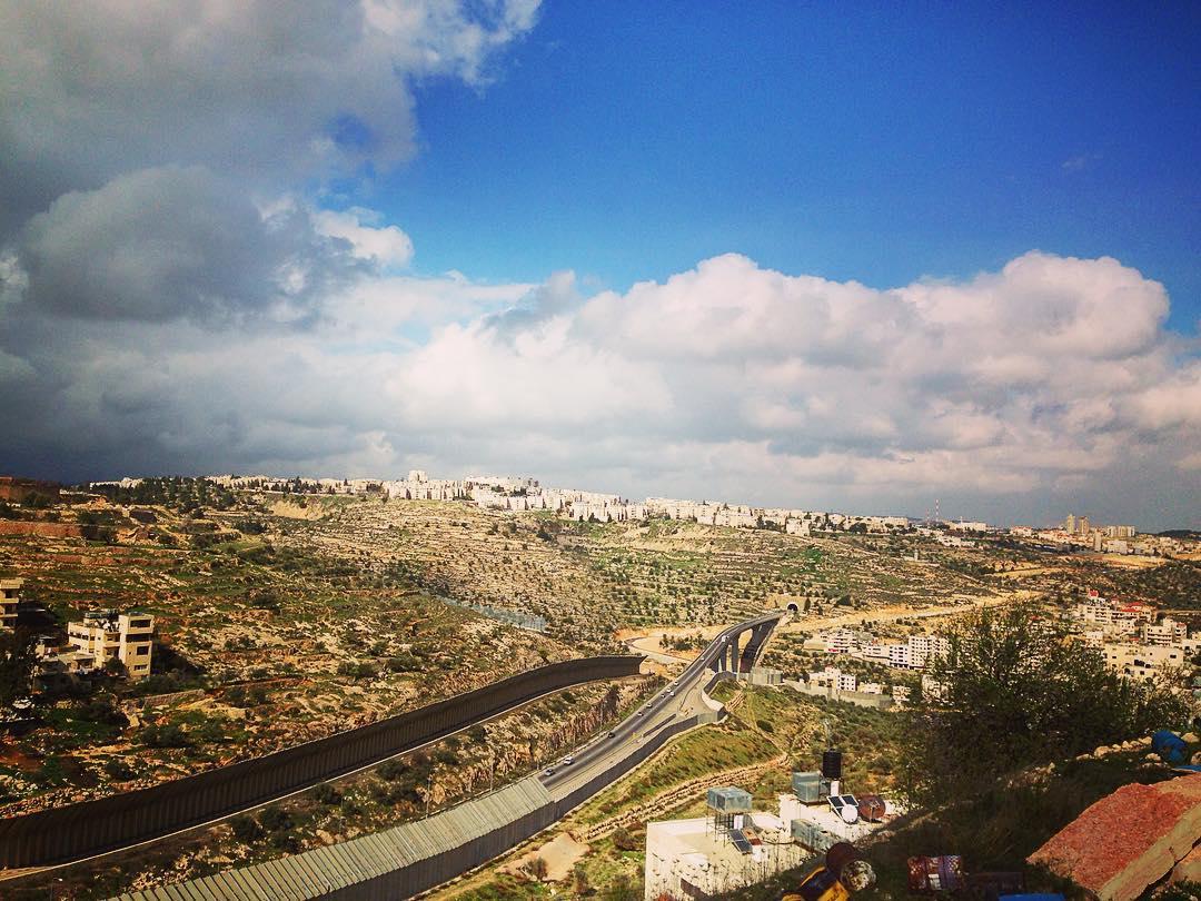 Région de Béthléem, Palestine. Zones. Ces hauts murs interdisent l'accès de la route aux Palestiniens.