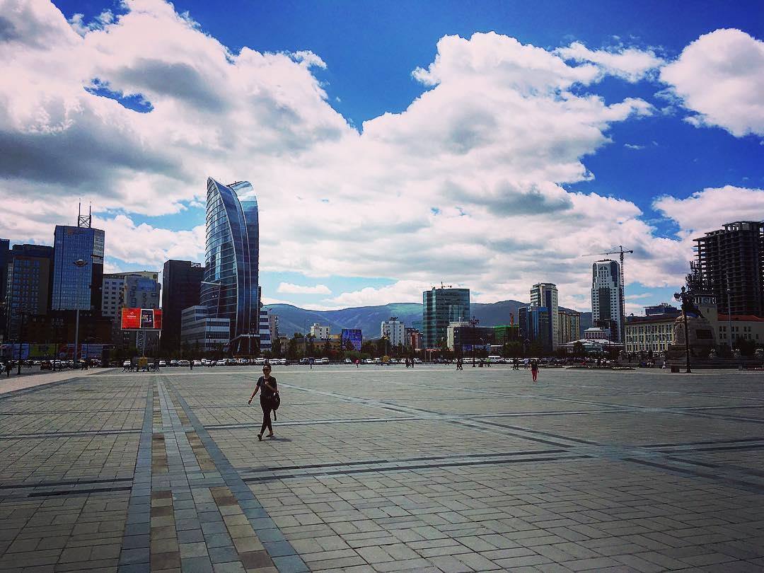 Oulan-Bator, Mongolie. La place Sükhbaatar, d'après Damdin Sükhbaatar, le « héros rouge » qui a donné son nom à la ville.