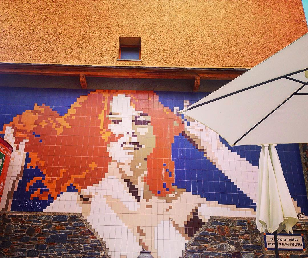 """Llívia, enclave de Llívia, Royaume d'Espagne. Sur la terrasse d'un café, en catalan : """"En mémoire de Lampègia, princesse de la paix et de l'amour""""."""