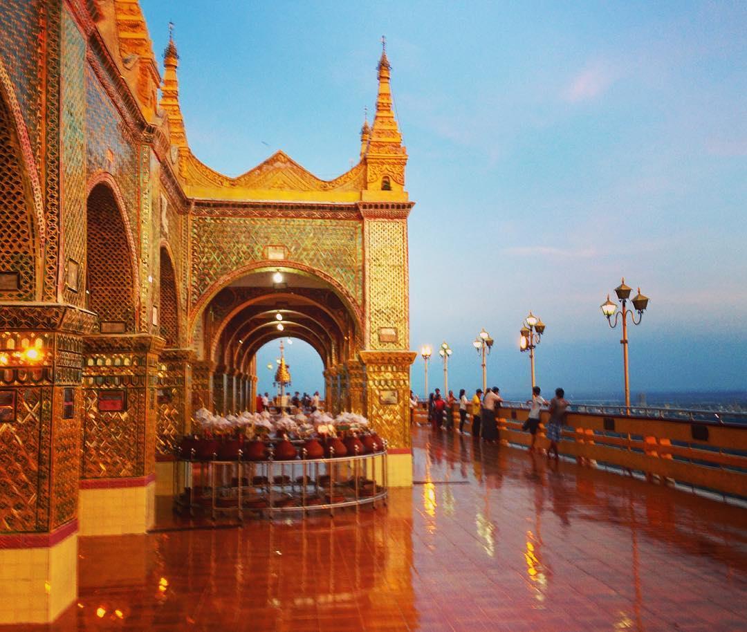 Mandalay, Birmanie. Colline sacrée de Mandalay.